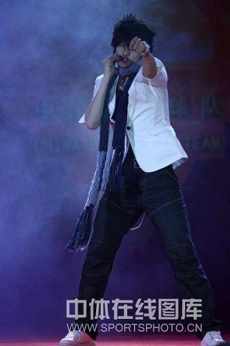 图文:中国羽毛球队春节晚会 鲍春来也很嘻哈