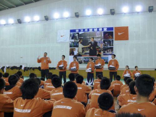 图文:张卫平2009冬季篮球训练营 发放奖品