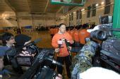 图文:张卫平2009冬季篮球训练营 接收采访
