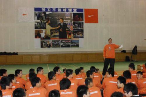 图文:张卫平2009冬季篮球训练营 篮球课堂