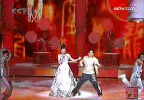 周董热舞,宋祖英在一旁演唱