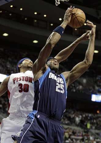 图文:[NBA]小牛VS活塞 拉希德与丹皮尔争抢