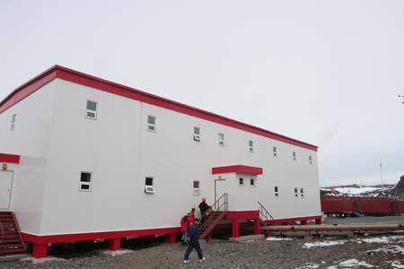 长城站的工作人员敲锣打鼓,用中国特有的方式欢迎南极探秘队的到来。
