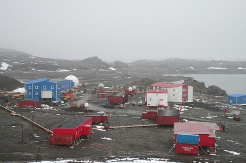 中国驻南极长城站全貌,建成于1985年2月20日,先后经过四次扩建。