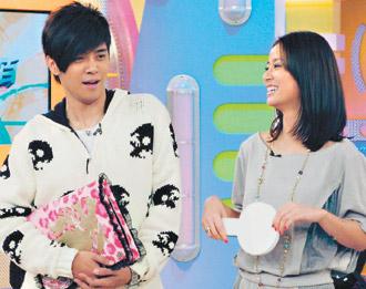 林心如(右)在小猪主持的《娱乐百分百》中透露每恋爱必被甩心情,间接招认被唐季礼甩了。
