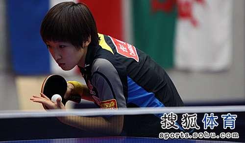 刘诗雯准备发球