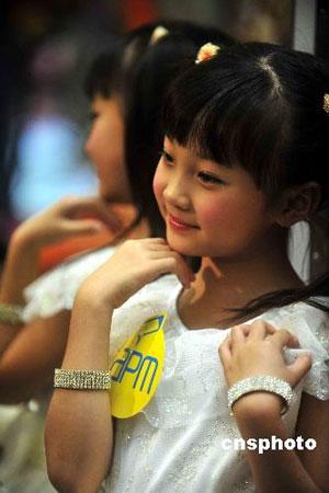 在北京奥运开幕礼单独表演的九岁女童林妙可访问香港,2008年十一月十六日出席商场活动。林妙可没有回应在奥运表演代唱事件,但形容当时心情紧张。 中新社发 谭达明 摄