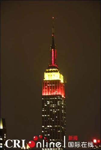 帝国大厦点亮象征中国的红黄两色彩灯(图片来源:国际在线)