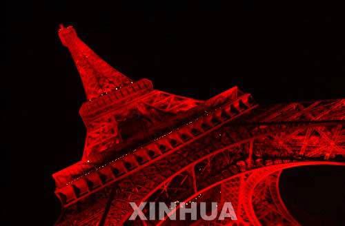 """图为2004年,法国巴黎的埃菲尔铁塔换上""""红装"""",庆祝中国春节。(图片来源:新华网)"""