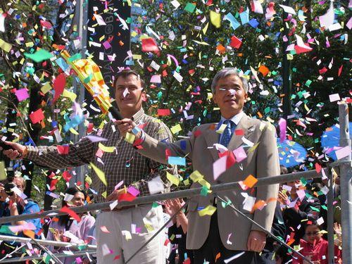 墨城市长和中国驻墨大使为花车游行揭幕