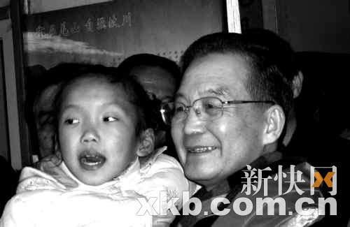 温总理抱起了吴慧玲家的孩子。新快报特派汶川记者 黎广/摄