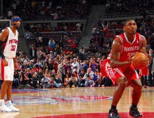 图文:[NBA]火箭VS活塞 野兽罚球面具侠偷窥