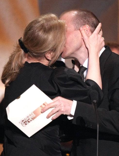 她还亲吻了颁奖人