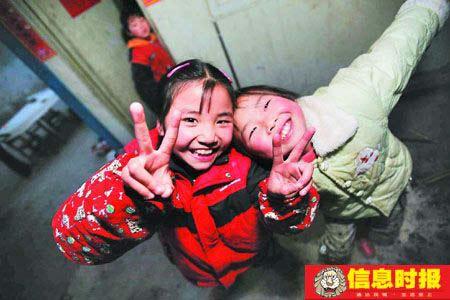 过年了,小静波和隔壁的小朋友与记者混熟了,也常摆出怪表情要拍照,如今她已经开朗了不少。本版摄影  信息时报特派记者   叶伟报