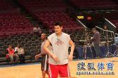 图文:[NBA]火箭VS尼克斯 大姚在纽约球馆练球