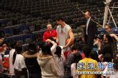 图文:[NBA]火箭VS尼克斯 大姚迎来很多球迷