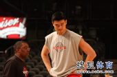 图文:[NBA]火箭VS尼克斯 姚明和助教沟通