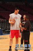 图文:[NBA]火箭VS尼克斯 姚明和训练师