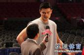 图文:[NBA]火箭VS尼克斯 姚明接受采访