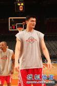 图文:[NBA]火箭VS尼克斯 姚明站在罚球线上