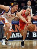 图文:[NBA]火箭VS尼克斯 巴里争抢拼老命