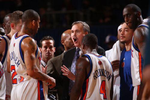 图文:[NBA]火箭VS尼克斯 德安东尼场下布置