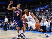 图文:[NBA]篮网VS雷霆 维斯布鲁克突破哈里斯