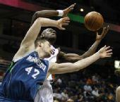 图文:[NBA]雄鹿VS森林狼 乐福争抢篮板