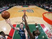 图文:[NBA]雄鹿VS森林狼 乐福单手上篮