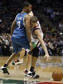图文:[NBA]雄鹿VS森林狼 特雷菲尔阻挡犯规