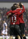 图文:[英超]西布朗0-5曼联 三人拥抱