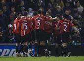 图文:[英超]西布朗0-5曼联 全队庆祝