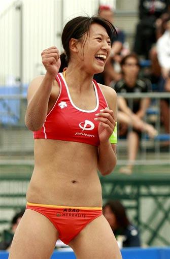 图文:日本沙排美女浅尾美和 赛场泳装性感