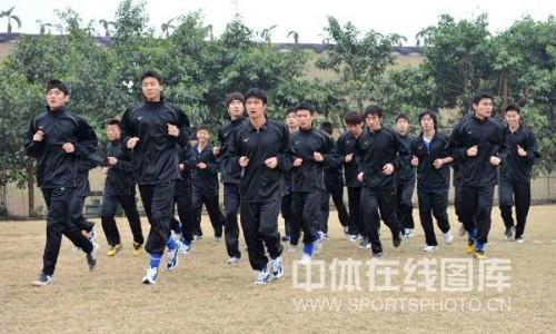 图文:深足重新集结备战新赛季 慢跑热身