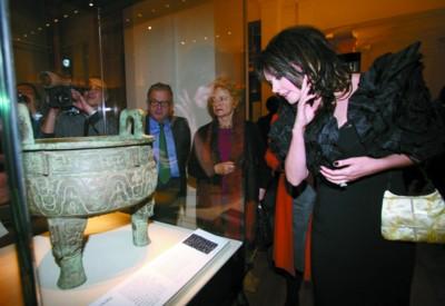 刚被聘任为中国2010年上海世博会英国推广形象大使的国际著名歌星萨拉·布莱曼在中国青铜玉器展上观展。