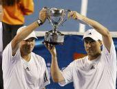 图文:布莱恩兄弟逆转男双夺冠 举起冠军奖杯