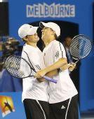 图文:布莱恩兄弟逆转男双夺冠 兴奋拥抱在一起