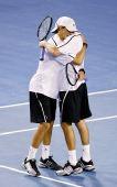 图文:布莱恩兄弟逆转男双夺冠 拥抱庆祝胜利