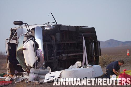 1月30日,救援人员在美国亚利桑那州境内93号高速公路的车祸现场查看。中国驻洛杉矶总领事馆当晚向新华社记者证实,一辆载有中国游客的旅游大巴当天在美国亚利桑那州发生车祸,造成至少7名中国游客死亡、7名中国游客受伤。据美国媒体报道,这辆载有16名中国游客的大巴在亚利桑那州境内的93号公路上发生倾覆后侧翻在路面上。新华社/路透