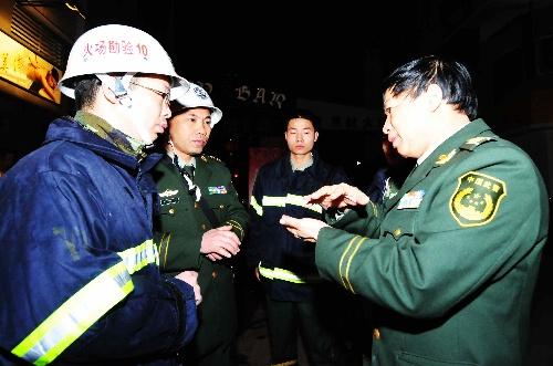 2月1日,长乐市公安、消防、安检等部门正在研究火场取证。新华社记者魏培全摄