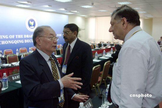 资料图:2002年4月,李道豫与马来西亚代表在亚洲议会和平协会第三届年会上就《重庆宣言》的起草进行讨论。 中新社发毛建军摄