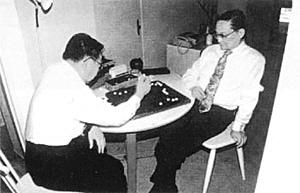 梁羽生(左)和金庸对弈
