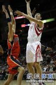 图文:[NBA]火箭VS勇士 姚明力压对手