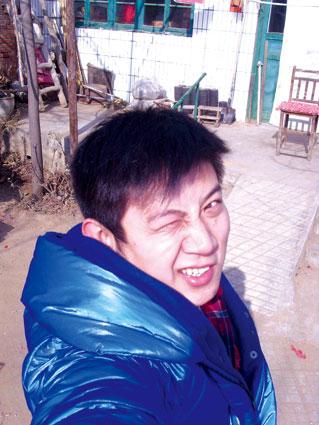 在老家的小院前,高晓攀拍了张照片,今年的这个春节让他有点蒙