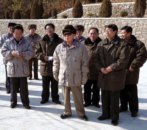 这张朝鲜中央通讯社2月1日提供的照片显示朝鲜最高领导人金正日(中)视察位于黄海北道的礼成江1号青年电站。朝鲜《劳动新闻》1日报道,金正日于近日视察了礼成江1号青年电站。 新华社/朝中社