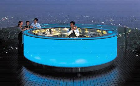 实拍世界上唯一的空中酒吧