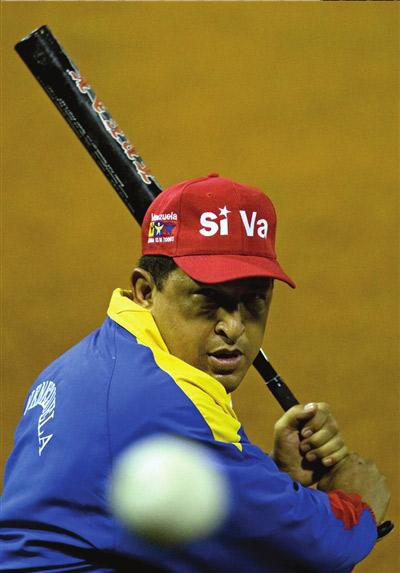 图为委内瑞拉总统查韦斯打棒球