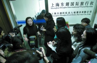 昨日,东湖旅行社相关人员接受记者采访。 晨报记者 杨 眉 现场图片