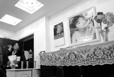 遇难者钟雨静的家,墙上挂着她生前的照片,照片下有她心爱的钢琴。