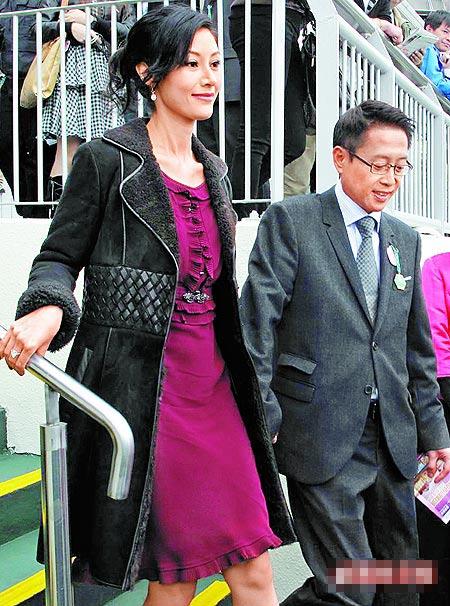 许晋亨(右)昨小心翼翼牵着爱妻李嘉欣的手现身赛马场。